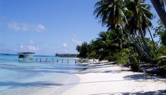 Plage de sable blanc aux Tuamotu
