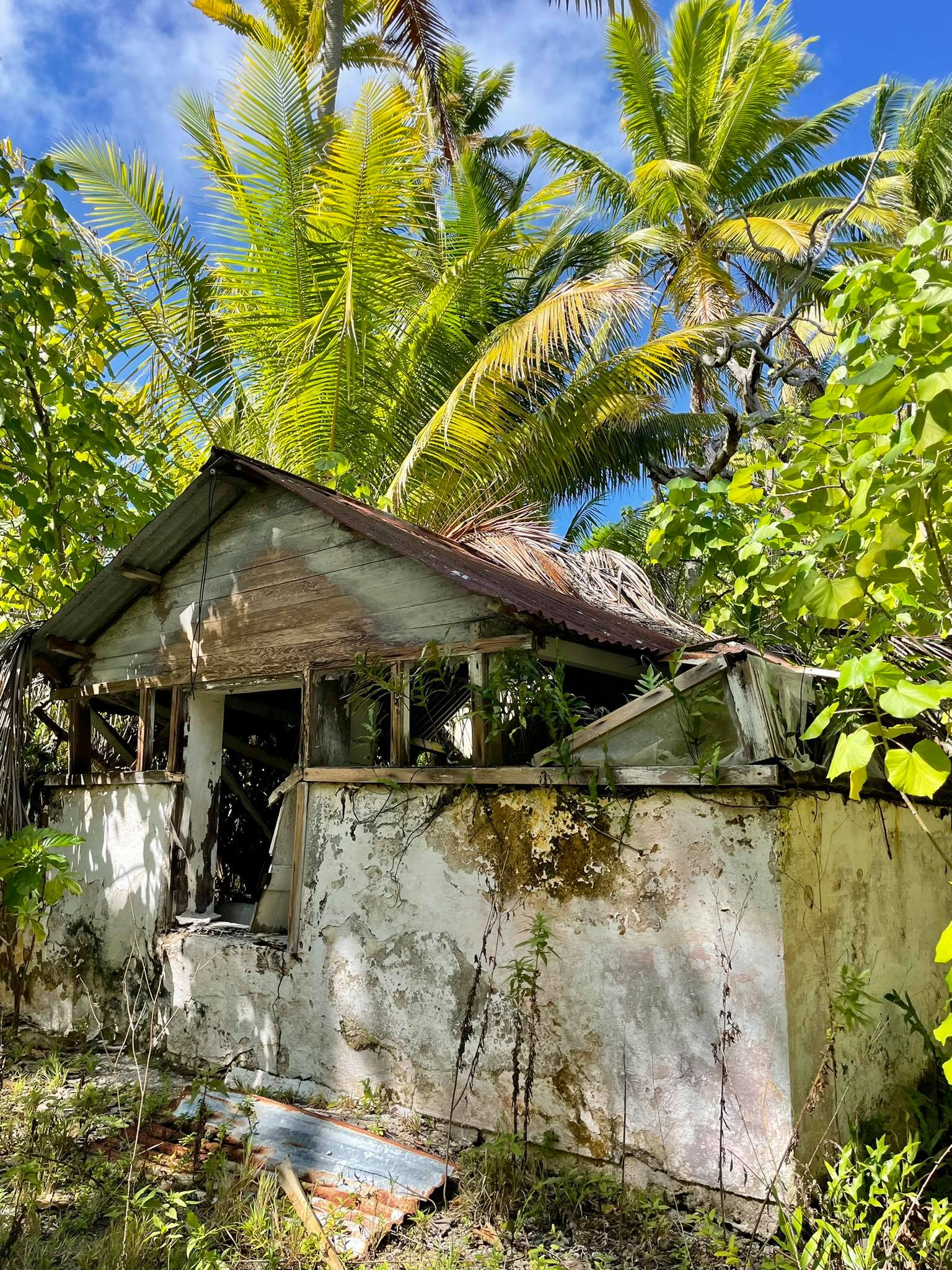 http://tahitivoileetlagon.com/wp-content/uploads/2021/07/vieille-maison-TETIAROA.jpg